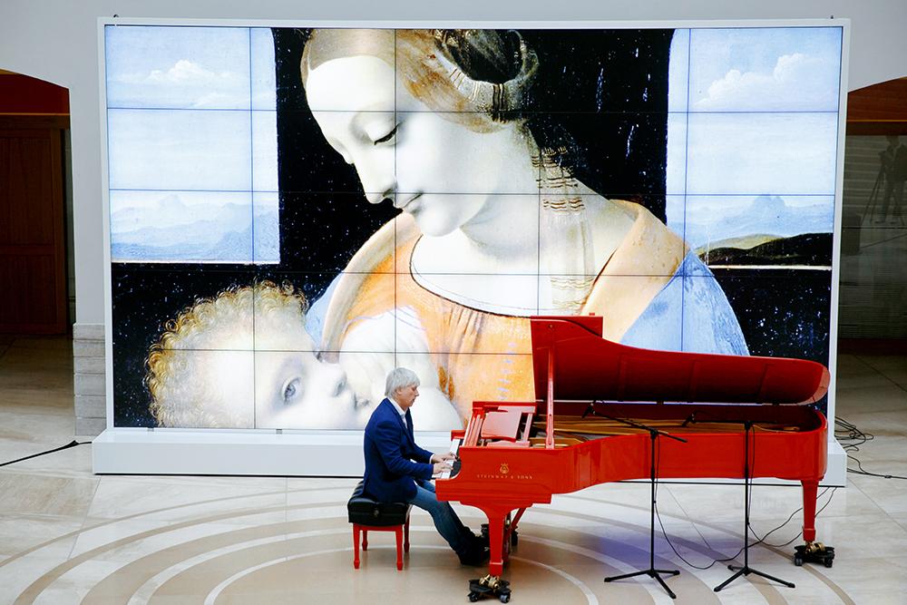 Андрей Кондаков за красным роялем, подаренным Эрмитажу компанией Монблан к 250-летию музея