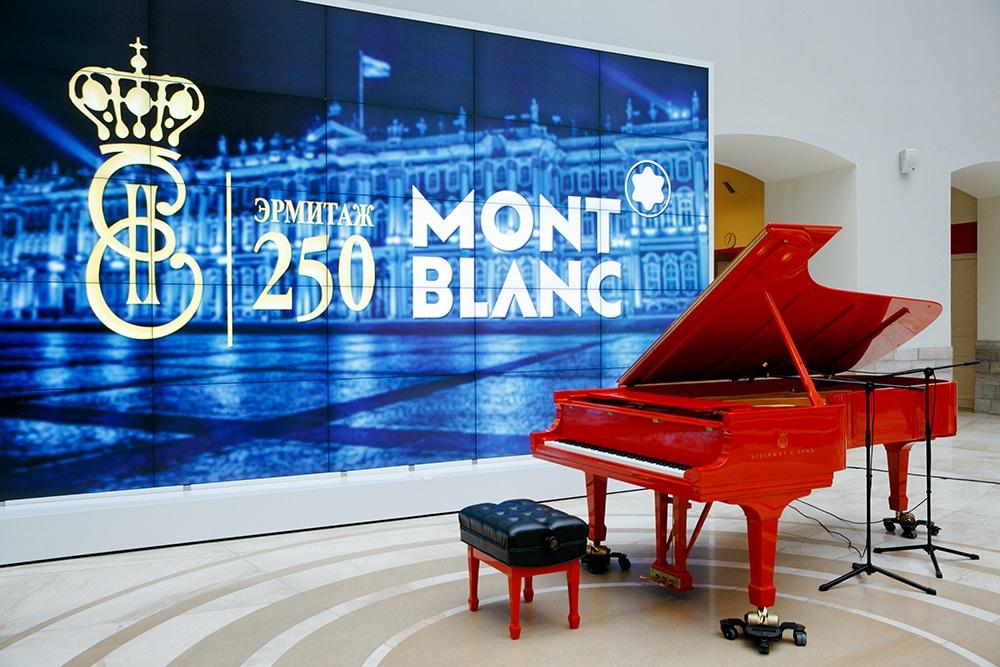 Красный рояль, подаренный Эрмитажу компанией Монблан к 250-летию Эрмитажа